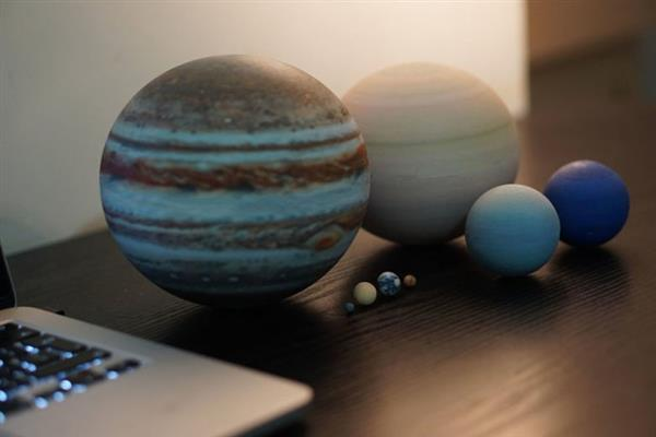 amazing-miniature-3d-printed-solar-systems-moons-and-planets-that-fit-on-your-desk-3.jpg