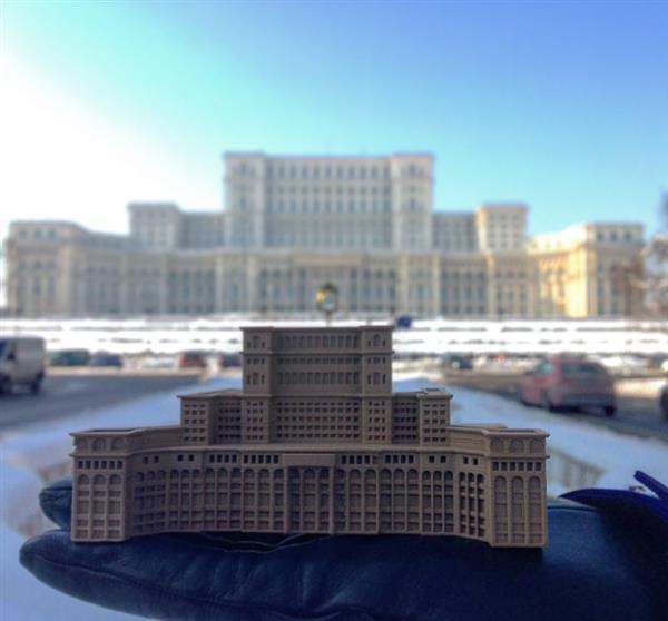 creative-tourist-makes-3d-printed-models-every-landmark-visits-3.jpg